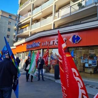 sindacalisti davanti al Carrefour