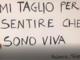 cartello scritto da giovane sofferente
