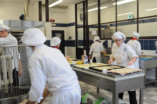 Da 25 anni l'alberghiero che prepara dolci per i bambini malati del Regina Margherita