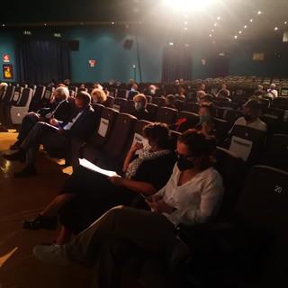 persone sedute in una sala cinematografica