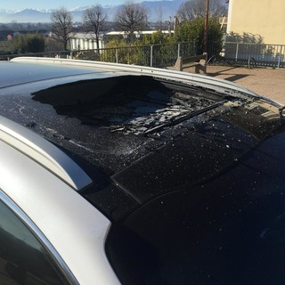 San Francesco al Campo, crolla un pezzo di campanile e distrugge il tetto di una macchina