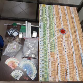 Il 'pusher della domenica' in casa nascondeva droga e oltre 22 mila euro in contati