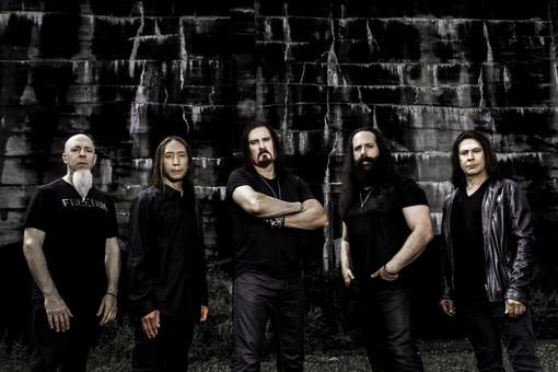 Serata metal al Gru Village: sabato il palco è tutto per i virtuosismi dei Dream Theater