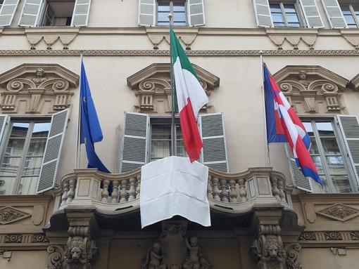 Un drappo bianco per la legalità sulla facciata del palazzo della Regione