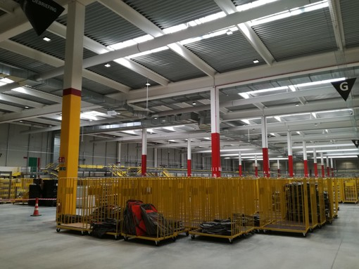 L'interno dello stabilimento Amazon di Brandizzo