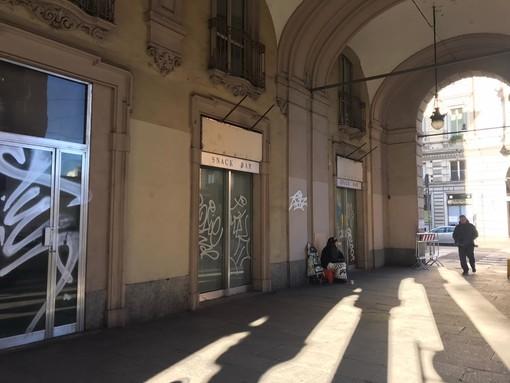 Bivacco per senza tetto e negozi chiusi, l'urlo di dolore di via Sacchi: un piano del Comune per fermare il degrado
