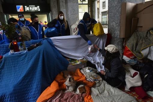 cibo e abiti per i senzatetto