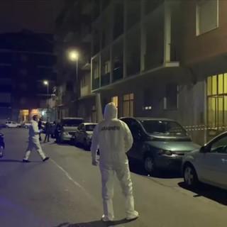 Dramma a Mirafiori, un giovane uccide i genitori con dei coltelli da cucina: lo trovano che vaga sporco di sangue [FOTO e VIDEO]
