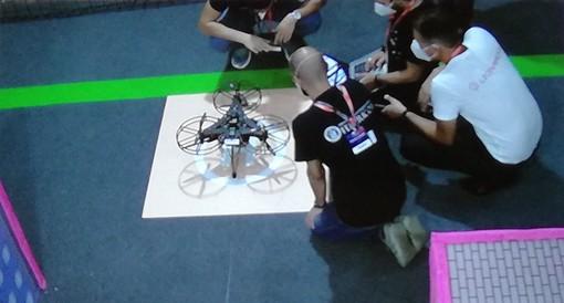 persone inginocchiate intorno a un drone