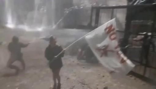 Notte di tensione in Val Susa: idranti contro i manifestanti No Tav vicini al cantiere
