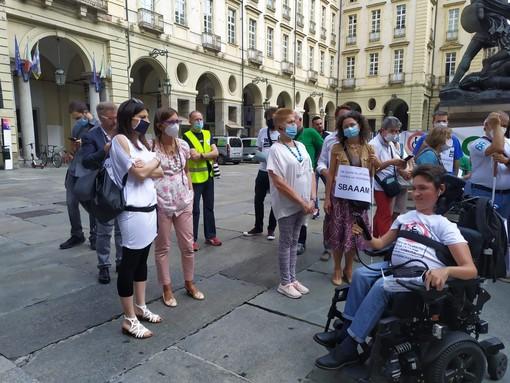 """Persone con disabilità manifestano davanti al Comune sulla mobilità dolce: """"Troppi rischi, servono regole per bici e monopattini"""""""