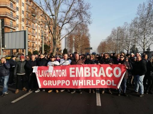 """Embraco, lavoratori ancora in strada: """"Insopportabile essere presi in giro dalle istituzioni"""" [FOTO]"""