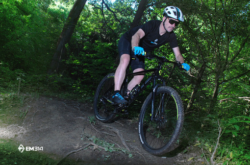 atleta in mountain bike