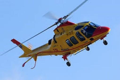Fa un volo di sei metri mentre lavora: grave un uomo di 66 anni