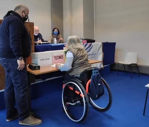 Persona su una sedia a rotelle che vota
