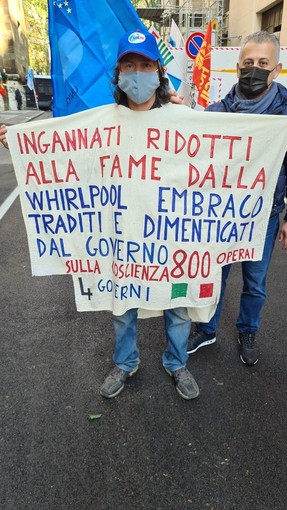 manifestante ex embraco con cartello