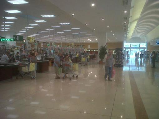 Prende dagli scaffali del supermercato centinaia di euro di prodotti, bloccato dalla Squadra Volanti