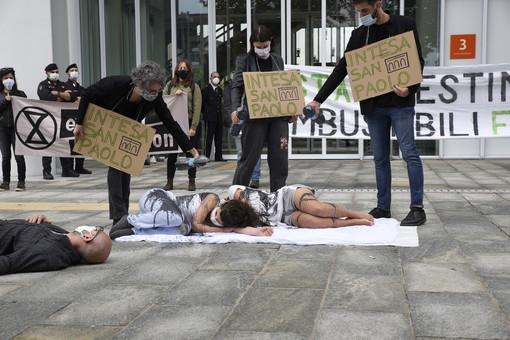 Botta e risposta tra Intesa Sanpaolo e il movimento Extinction Rebellion: ecco la controreplica dei manifestanti per il clima