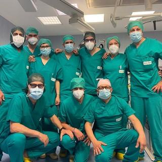 medici con camice e mascherine da sala operatoria