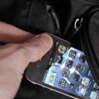 """Tenta di rubare il cellulare a un clochard: fermato dai """"civich"""""""