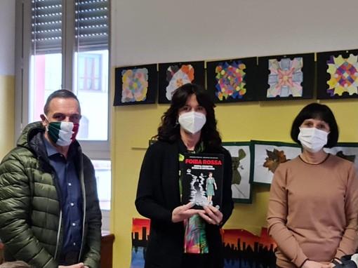 Tre persone in piedi con mascherine
