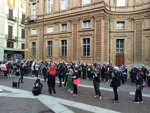 flash mob di donne in piazza Carignano a Torino