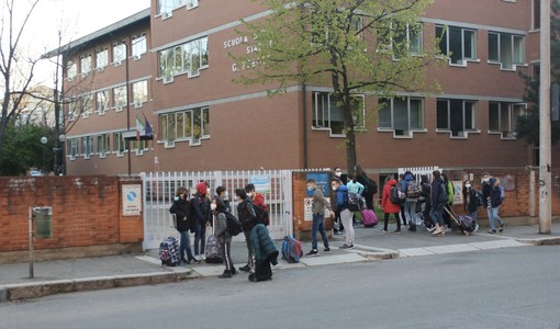 Famiglie che accompagnano i bambini a scuola