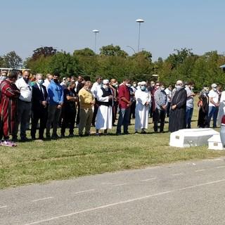 In centinaia ai funerali delle sorelle morte al camping di Marina di Massa. Palloncini bianchi in cielo per Jannat e Malak [FOTO e VIDEO]