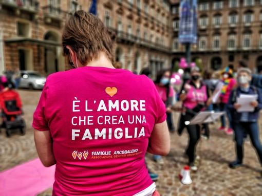 """Famiglie arcobaleno in piazza: """"Riconoscere diritti dei genitori Lgbti alla nascita dei figli"""" [VIDEO]"""