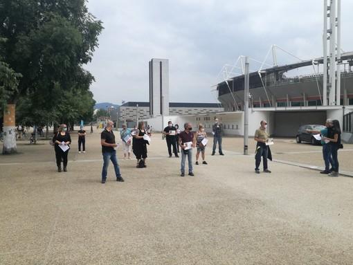 """Flash mob allo stadio, si alza il coro silenzioso delle partite Iva: """"O non riapriamo più, o saremo destinati a fallire"""" [VIDEO]"""