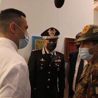Generale Figliuolo con medici e autorità