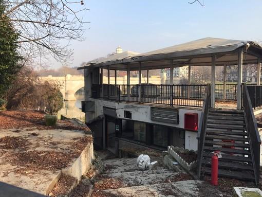 Fluido, l'incendio non ferma l'illegalità: dopo le fiamme i senza tetto continuano a occupare la struttura (FOTO)