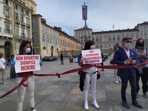 """Torino, protesta di parrucchieri ed estetisti: """"Vogliamo riaprire il 19 maggio e diciamo no all'abusivismo"""" [FOTO e VIDEO]"""