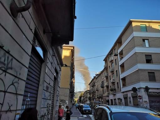 Vistosa colonna di fumo in città: in fiamme alcune baracche a parco Michelotti