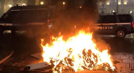 Guerriglia e bombe carta in piazza Castello: 7 arresti e 2 denunce alla manifestazione anti-coprifuoco. Feriti due poliziotti [FOTO E VIDEO]