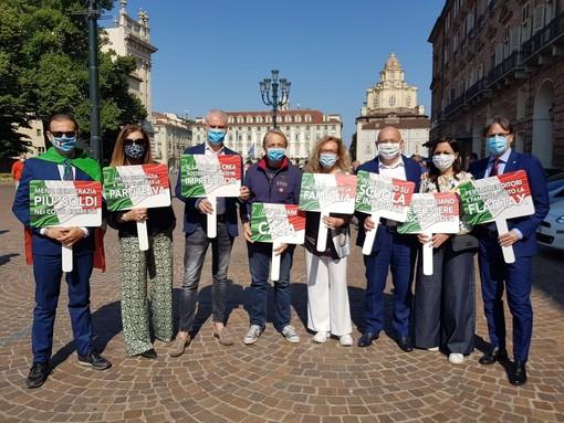 """Flash mob di Forza Italia in piazza Castello: """"Questo 2 giugno non c'è nulla da festeggiare"""""""
