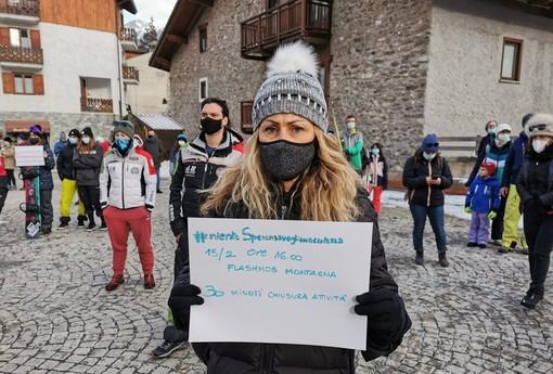 Bardonecchia, il parroco fa suonare le campane e il paese si ferma mezz'ora: è il flashmob della montagna contro lo stop allo sci [FOTO e VIDEO]