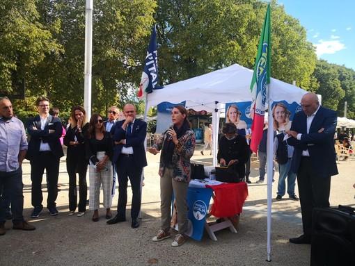 politici FdI in piedi davanti allo stadio