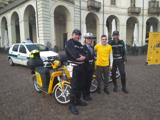 Lezioni di guida degli scooter elettrici in piazza Vittorio