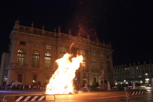 Per Torino sarà un anno fortunato: il Farò di San Giovanni è caduto verso Porta Nuova
