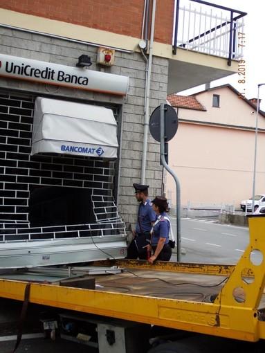 Tentano di sradicare un bancomat a Piscina con un carro attrezzi e poi scappano in auto