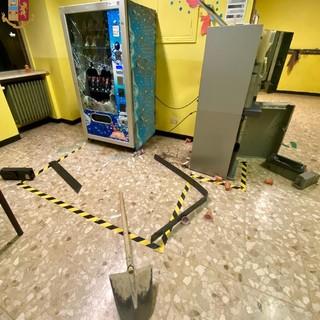 danni e vetri rotti all'interno di una scuola