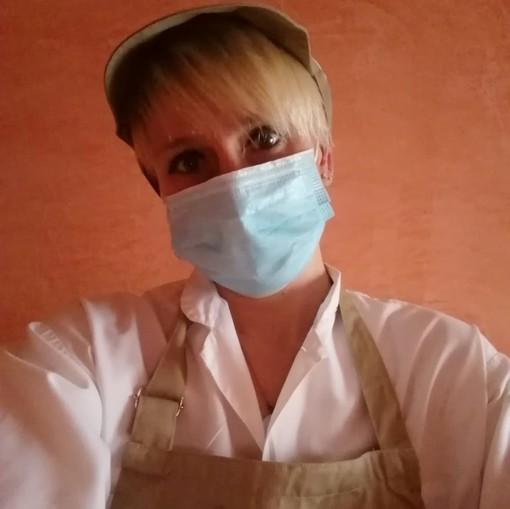 Giusy, la commessa che dedica il suo tempo libero a consegnare spesa e mascherine agli anziani di Moncalieri