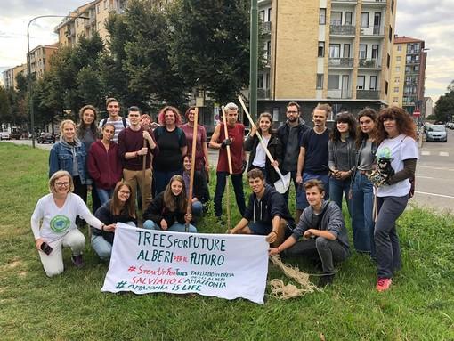 """Guerrilla gardening in corso Maroncelli: """"attacco"""" dei ragazzi di Fridays for Future, piantati nuovi alberi"""