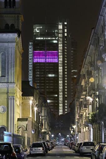 """Il grattacielo di Intesa-Sanpaolo diventa """"rosa"""""""