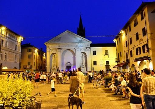 piazza di Carmagnola di notte con persone