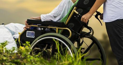 Badante senza cuore: raggira l'uomo che deve curare facendosi pagare la casa, l'auto, il dentista e l'estetista