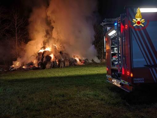 Incendio in una cascina di Villardora: in fiamme 100 rotoballe di fieno [FOTO]
