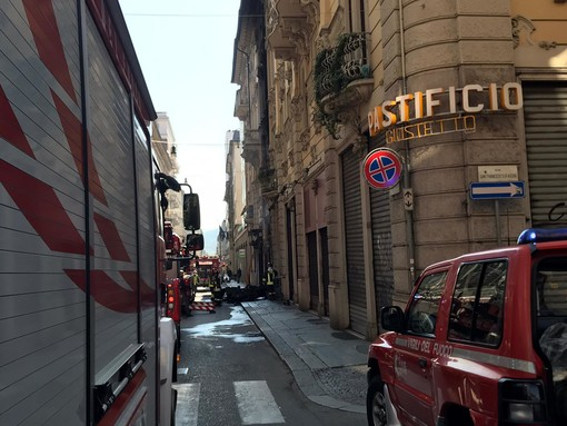 Incendio nel centro di Torino: fiamme in un negozio, palazzo evacuato
