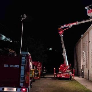 Vigili del fuoco in azione con una piattaforma